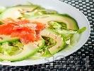 Рецепта Зелена салата айсберг с авокадо, филе от пушена сьомга и кедрови ядки